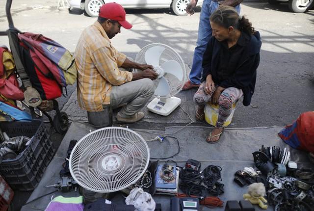 Lâm cảnh khó khăn, người dân Venezuela tích cực dùng đồ tái chế - Ảnh 6.