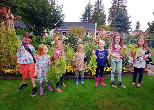 Khu vườn quá đỗi thơ mộng với hoa và rau quả của người mẹ đơn thân cùng cô con gái nhỏ xinh đẹp - Ảnh 13.