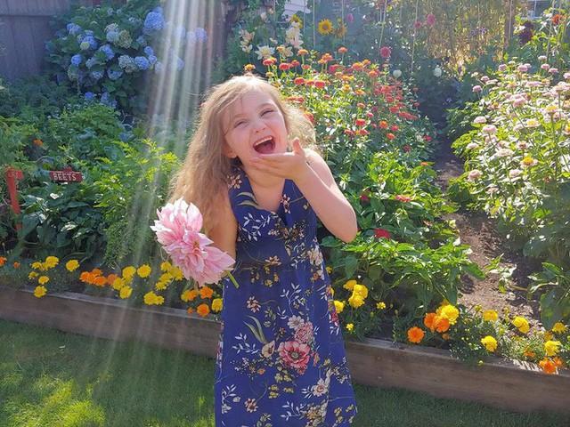 Khu vườn quá đỗi thơ mộng với hoa và rau quả của người mẹ đơn thân cùng cô con gái nhỏ xinh đẹp - Ảnh 22.