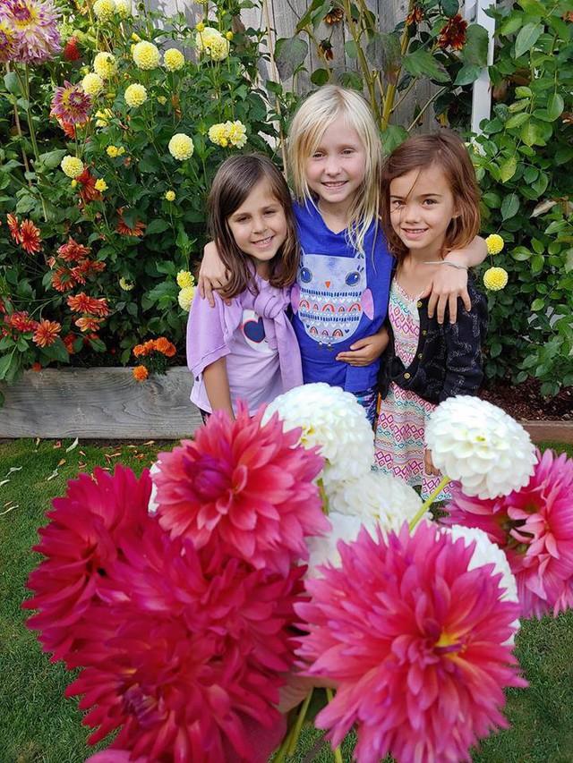 Khu vườn quá đỗi thơ mộng với hoa và rau quả của người mẹ đơn thân cùng cô con gái nhỏ xinh đẹp - Ảnh 40.
