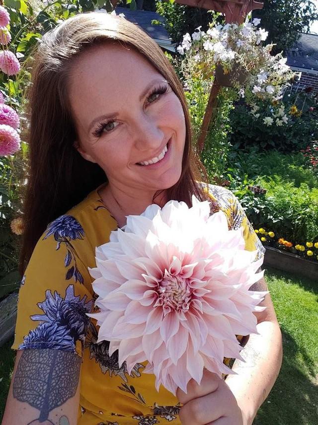 Khu vườn quá đỗi thơ mộng với hoa và rau quả của người mẹ đơn thân cùng cô con gái nhỏ xinh đẹp - Ảnh 5.