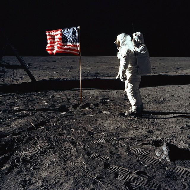 Đổ bộ Mặt Trăng là trò bịp vĩ đại của Mỹ? 5 thuyết âm mưu đã bị đập tan thế nào? - Ảnh 1.