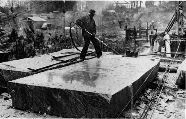 Cuốn cẩm nang khổng lồ làm bằng đá granite, hướng dẫn con người phải làm gì nếu như đại họa tận thế xảy ra - Ảnh 3.