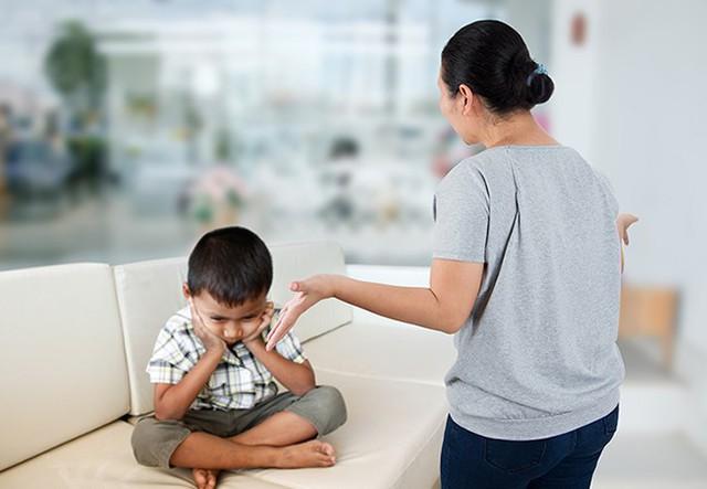 Chuyên gia tâm lý chỉ ra những sai lầm kinh điển của cha mẹ khiến con trở nên khó bảo và ngang ngược hơn - Ảnh 3.
