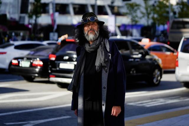 Tân binh gây sốt làng mốt Hàn: Từ cụ ông 63 tuổi từng đi bán cá đến mẫu nam sáng giá nhờ ngoại hình quá phong trần để làm bảo vệ - Ảnh 5.