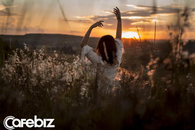 10 bài học cuộc sống tôi nhận ra ở tuổi 27: Cỏ luôn có vẻ xanh hơn ở phía bên kia ngọn đồi; Đừng bắt mình nở nụ cười vì lợi ích của người khác... - Ảnh 1.
