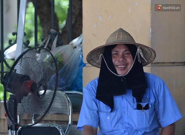 Ảnh: Người dân Thủ đô vật vã chống chọi với nắng nóng kinh hoàng trên 40 độ C, khăn mặt ướt trùm đầu trở thành vật cứu cánh - Ảnh 11.