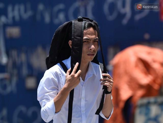 Ảnh: Người dân Thủ đô vật vã chống chọi với nắng nóng kinh hoàng trên 40 độ C, khăn mặt ướt trùm đầu trở thành vật cứu cánh - Ảnh 17.