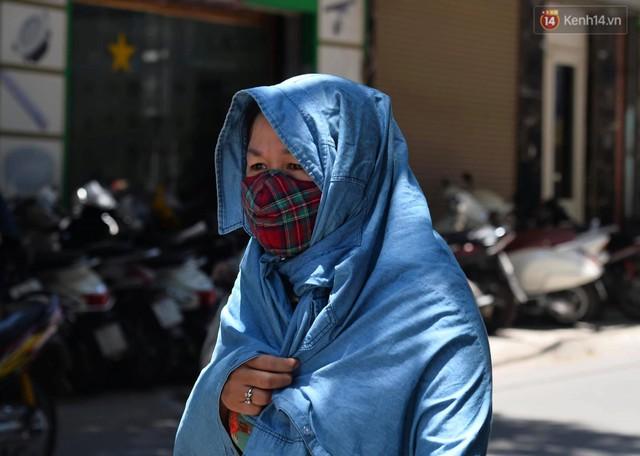 Ảnh: Người dân Thủ đô vật vã chống chọi với nắng nóng kinh hoàng trên 40 độ C, khăn mặt ướt trùm đầu trở thành vật cứu cánh - Ảnh 19.