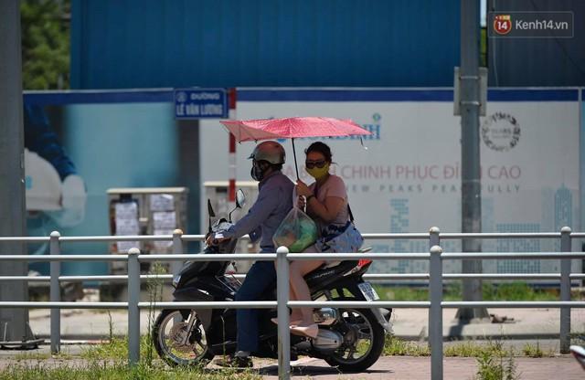 Ảnh: Người dân Thủ đô vật vã chống chọi với nắng nóng kinh hoàng trên 40 độ C, khăn mặt ướt trùm đầu trở thành vật cứu cánh - Ảnh 20.
