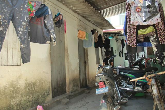 Dân xóm nghèo oằn mình trong những căn phòng trọ lợp mái tôn gần 50 độ C giữa lòng Hà Nội: Cái nóng hầm hập như muốn luộc chín người - Ảnh 2.