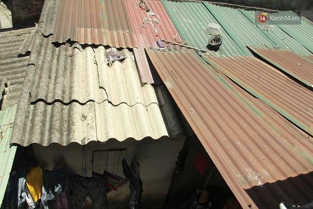 Dân xóm nghèo oằn mình trong những căn phòng trọ lợp mái tôn gần 50 độ C giữa lòng Hà Nội: Cái nóng hầm hập như muốn luộc chín người - Ảnh 5.