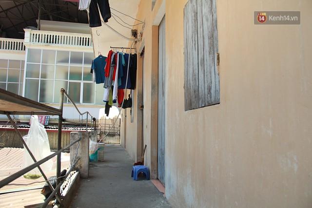 Dân xóm nghèo oằn mình trong những căn phòng trọ lợp mái tôn gần 50 độ C giữa lòng Hà Nội: Cái nóng hầm hập như muốn luộc chín người - Ảnh 8.