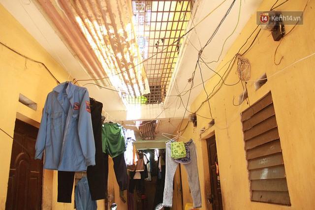 Dân xóm nghèo oằn mình trong những căn phòng trọ lợp mái tôn gần 50 độ C giữa lòng Hà Nội: Cái nóng hầm hập như muốn luộc chín người - Ảnh 10.