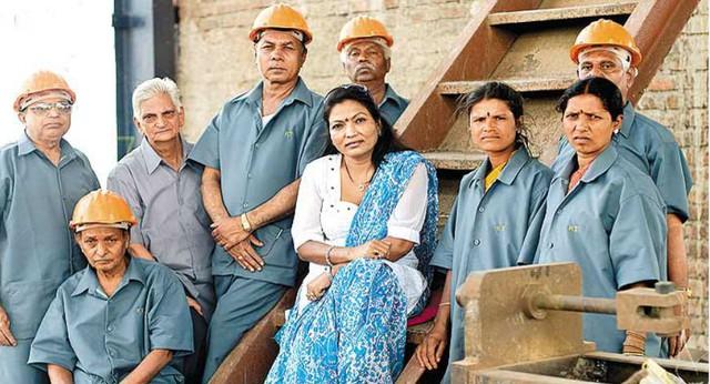 Triệu phú khu ổ chuột phiên bản nữ tại Ấn Độ: Lấy chồng năm 12 tuổi, bị lạm dụng, 42 tuổi trở thành chủ tịch công ty với tài sản 112 triệu USD - Ảnh 4.
