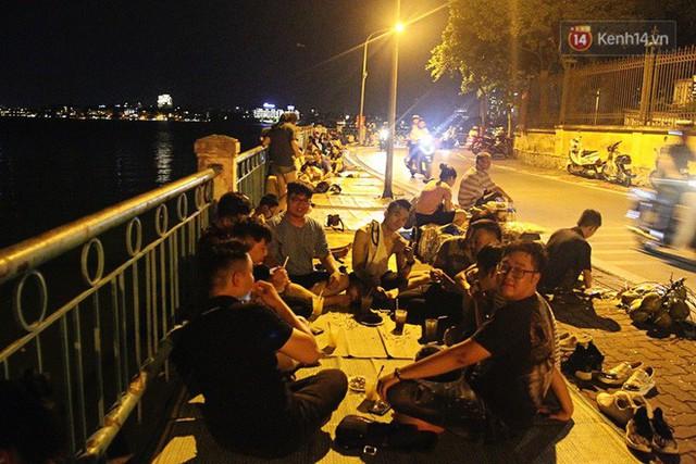 Nắng nóng sắp chấm dứt, người Hà Nội rủ nhau ra Hồ Tây hóng mát trong đêm và mong chờ mưa rào giải nhiệt - Ảnh 13.