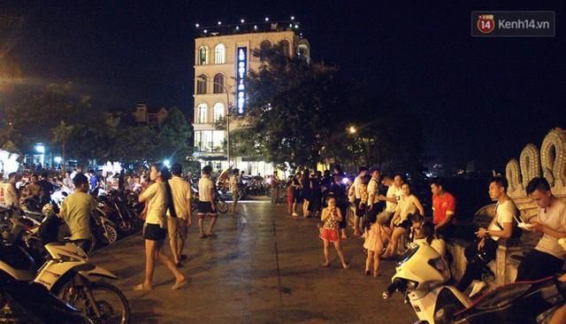 Nắng nóng sắp chấm dứt, người Hà Nội rủ nhau ra Hồ Tây hóng mát trong đêm và mong chờ mưa rào giải nhiệt - Ảnh 14.