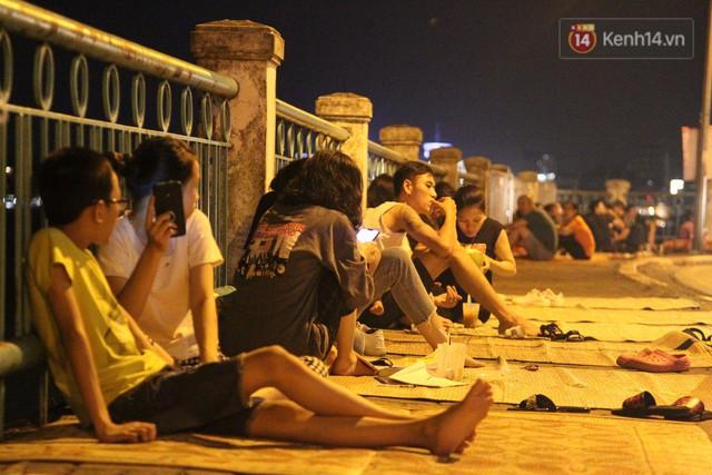 Nắng nóng sắp chấm dứt, người Hà Nội rủ nhau ra Hồ Tây hóng mát trong đêm và mong chờ mưa rào giải nhiệt - Ảnh 15.