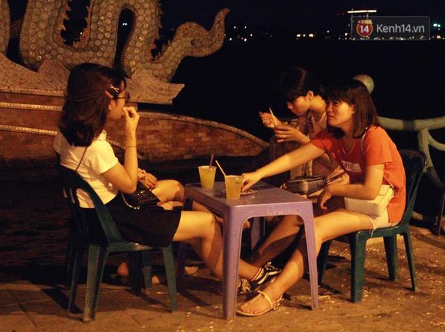 Nắng nóng sắp chấm dứt, người Hà Nội rủ nhau ra Hồ Tây hóng mát trong đêm và mong chờ mưa rào giải nhiệt - Ảnh 5.