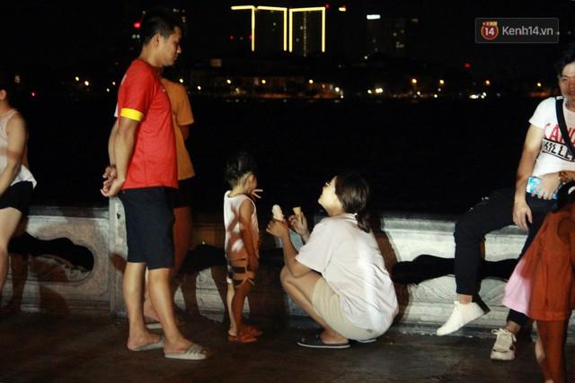 Nắng nóng sắp chấm dứt, người Hà Nội rủ nhau ra Hồ Tây hóng mát trong đêm và mong chờ mưa rào giải nhiệt - Ảnh 9.