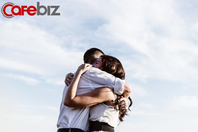 Bí quyết dưỡng sinh, trường thọ: Con người, mỗi ngày cần được ôm 4 lần - Ảnh 1.