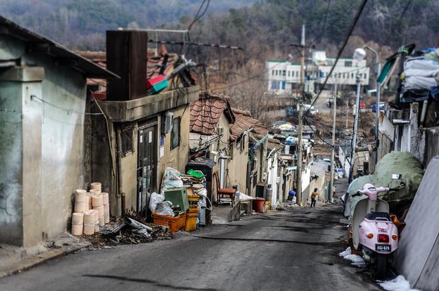 Từ bộ phim Ký sinh trùng đến đời thực ở Hàn Quốc: Đằng sau vẻ hào nhoáng là xã hội stress đến mức tự tử đứng thứ 10 thế giới (P.1) - Ảnh 3.