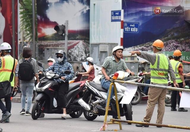 Đường Trần Hưng Đạo bị rào chắn để thi công nhà ga, dân văn phòng chui dây tìm lối thoát - Ảnh 18.