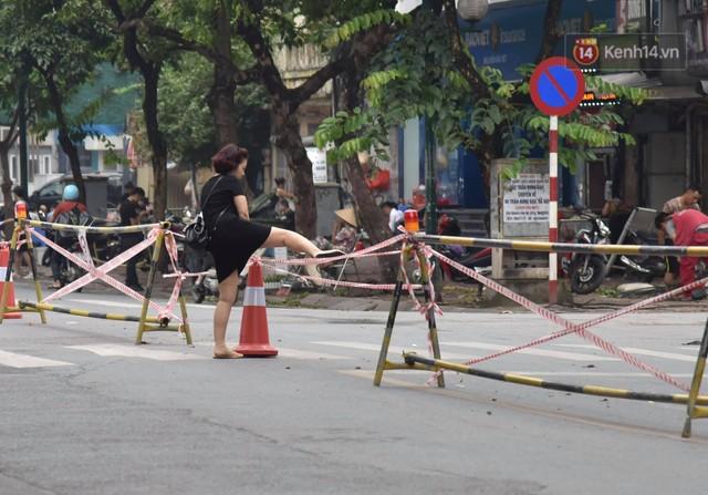 Đường Trần Hưng Đạo bị rào chắn để thi công nhà ga, dân văn phòng chui dây tìm lối thoát - Ảnh 4.