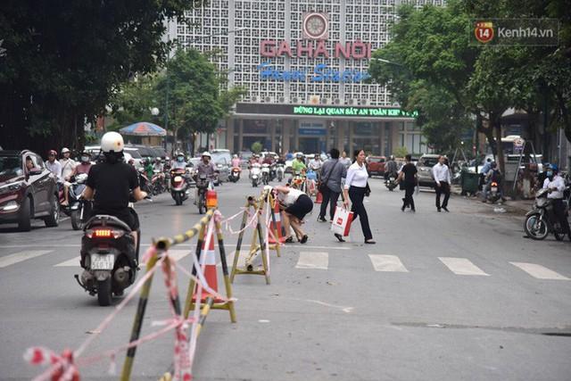 Đường Trần Hưng Đạo bị rào chắn để thi công nhà ga, dân văn phòng chui dây tìm lối thoát - Ảnh 5.