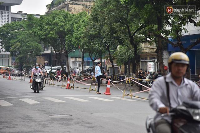 Đường Trần Hưng Đạo bị rào chắn để thi công nhà ga, dân văn phòng chui dây tìm lối thoát - Ảnh 6.