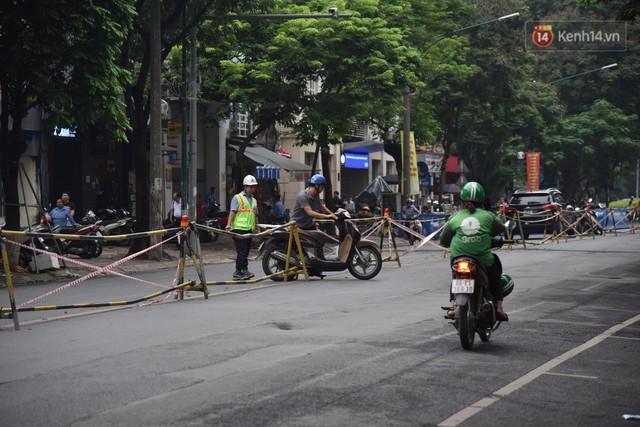 Đường Trần Hưng Đạo bị rào chắn để thi công nhà ga, dân văn phòng chui dây tìm lối thoát - Ảnh 9.