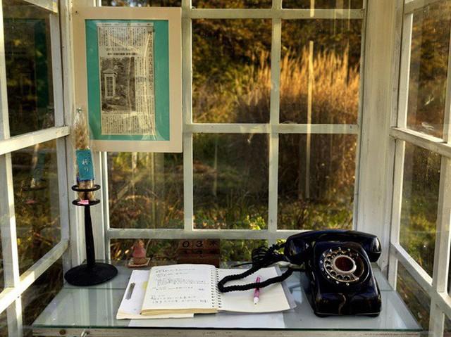 Câu chuyện về bốt điện thoại kỳ lạ nhất quả đất ở Nhật Bản: Nằm chơ vơ giữa vùng đất hoang vắng, là nơi để người sống liên lạc với người đã chết - Ảnh 7.