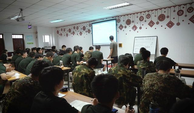 1 ngày trong nhà tù cai nghiện internet ở Trung Quốc: Tường rào bọc thép, kỉ luật sắt như quân đội, kẻ nổi loạn sẽ bị trói, chi phí tốn kém không ít - Ảnh 8.