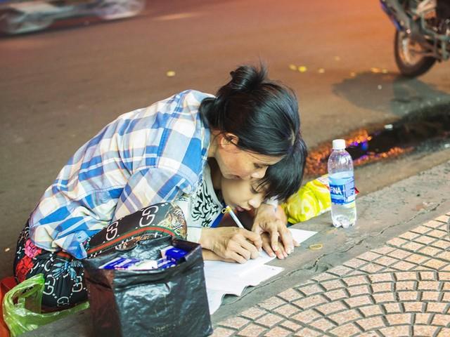 Phía sau bức ảnh cậu bé học bài trên vỉa hè cạnh chợ Bến Thành Sài Gòn: Không giấy tờ, không nhà cửa thì đi học làm sao... - Ảnh 1.