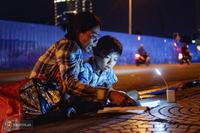 Phía sau bức ảnh cậu bé học bài trên vỉa hè cạnh chợ Bến Thành Sài Gòn: Không giấy tờ, không nhà cửa thì đi học làm sao... - Ảnh 2.