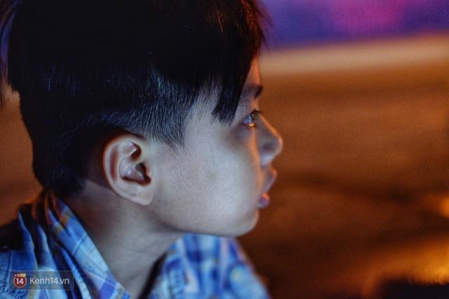 Phía sau bức ảnh cậu bé học bài trên vỉa hè cạnh chợ Bến Thành Sài Gòn: Không giấy tờ, không nhà cửa thì đi học làm sao... - Ảnh 13.