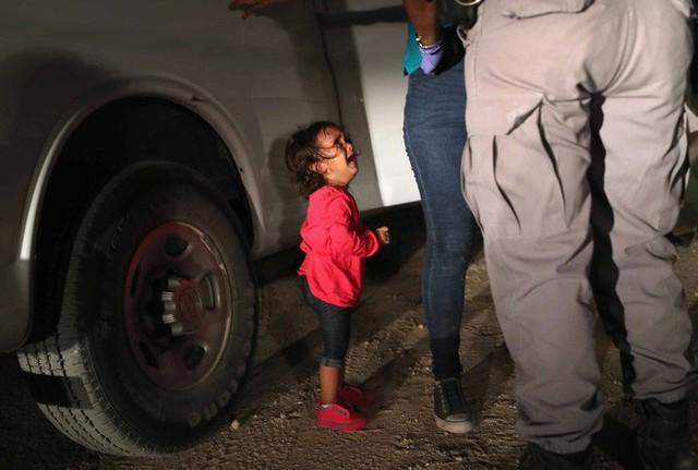 Những bức ảnh lay động lòng người cho thấy sự tàn nhẫn của thảm họa di cư, khi hàng rào thép gai nơi biên giới cứa nát cuộc đời những đứa trẻ - Ảnh 14.