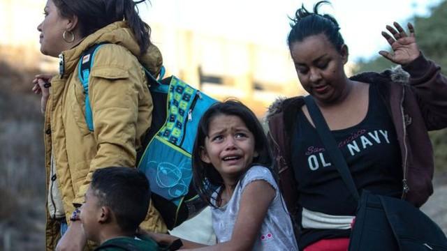 Những bức ảnh lay động lòng người cho thấy sự tàn nhẫn của thảm họa di cư, khi hàng rào thép gai nơi biên giới cứa nát cuộc đời những đứa trẻ - Ảnh 16.