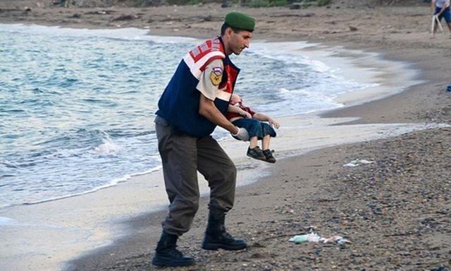 Những bức ảnh lay động lòng người cho thấy sự tàn nhẫn của thảm họa di cư, khi hàng rào thép gai nơi biên giới cứa nát cuộc đời những đứa trẻ - Ảnh 3.