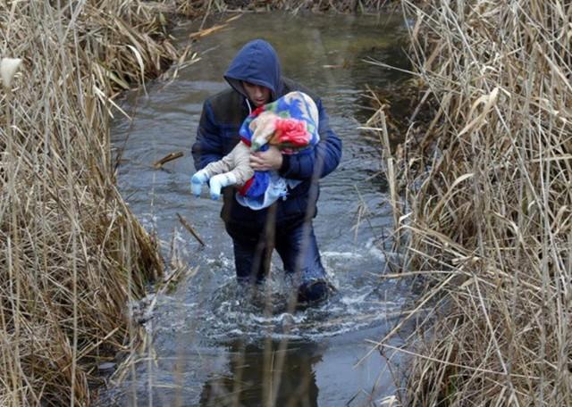 Những bức ảnh lay động lòng người cho thấy sự tàn nhẫn của thảm họa di cư, khi hàng rào thép gai nơi biên giới cứa nát cuộc đời những đứa trẻ - Ảnh 21.