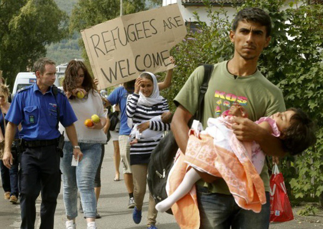 Những bức ảnh lay động lòng người cho thấy sự tàn nhẫn của thảm họa di cư, khi hàng rào thép gai nơi biên giới cứa nát cuộc đời những đứa trẻ - Ảnh 25.