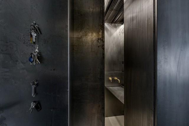 Căn hộ nhỏ 35m² trở thành tâm điểm độc đáo nhờ dát bằng kim loại lâu năm - Ảnh 5.