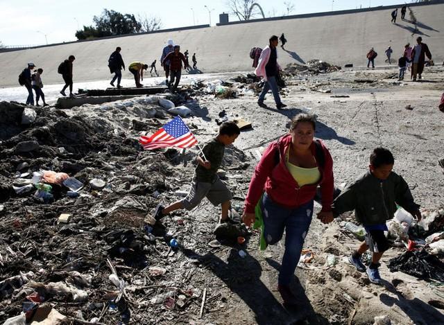 Những bức ảnh lay động lòng người cho thấy sự tàn nhẫn của thảm họa di cư, khi hàng rào thép gai nơi biên giới cứa nát cuộc đời những đứa trẻ - Ảnh 7.