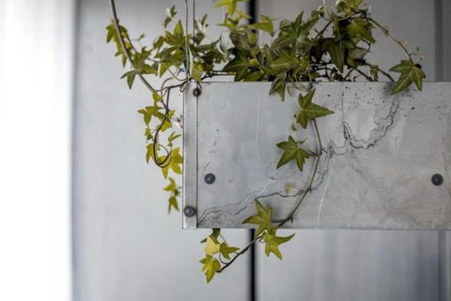 Căn hộ nhỏ 35m² trở thành tâm điểm độc đáo nhờ dát bằng kim loại lâu năm - Ảnh 8.