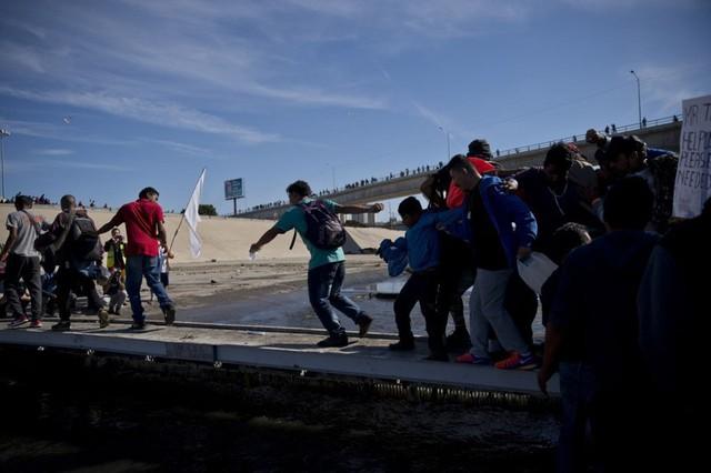 Những bức ảnh lay động lòng người cho thấy sự tàn nhẫn của thảm họa di cư, khi hàng rào thép gai nơi biên giới cứa nát cuộc đời những đứa trẻ - Ảnh 10.