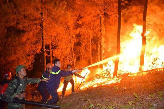 Xúc động hình ảnh lính cứu hỏa lấm lem ngồi ăn tại chỗ, nằm ngủ vạ vật canh cháy rừng xuyên đêm - Ảnh 1.