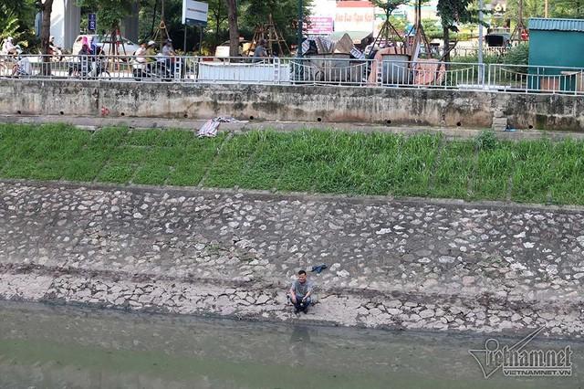Trải chiếu nằm ngủ, say sưa đọc sách bên bờ sông Tô Lịch - Ảnh 7.