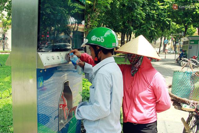 Người dân thích thú với cây lọc nước thông minh, có trang bị camera an ninh lần đầu tiên xuất hiện tại Hà Nội - Ảnh 12.