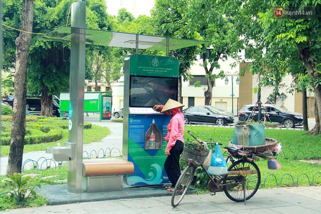 Người dân thích thú với cây lọc nước thông minh, có trang bị camera an ninh lần đầu tiên xuất hiện tại Hà Nội - Ảnh 7.