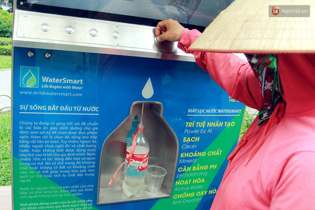 Người dân thích thú với cây lọc nước thông minh, có trang bị camera an ninh lần đầu tiên xuất hiện tại Hà Nội - Ảnh 8.